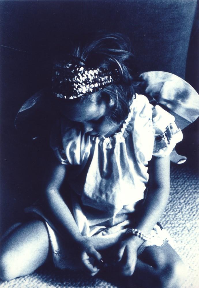 Charlotte als Engel verkleidet, 1993