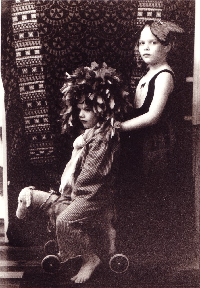 Zwei Kinder in Vogelkostümen, 1996